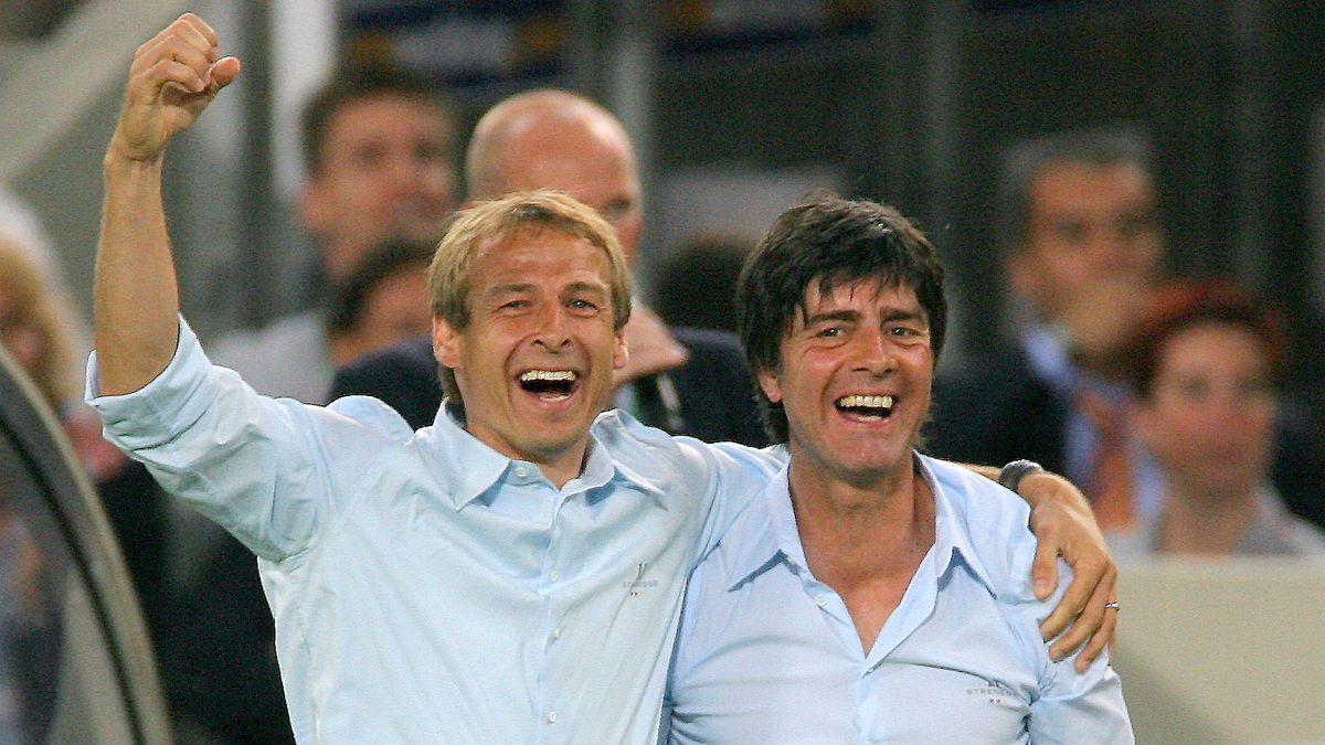 8. Juli 2006: Jürgen Klinsmann und Joachim Löw (rechts) freuen sich über den dritten Platz bei der Fußball-WM 2006 in Deutschland.