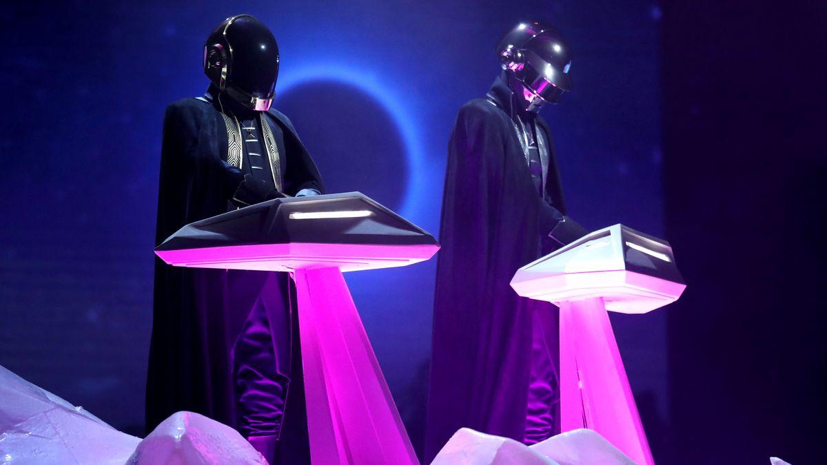 Daft Punk on Stage im violetten Licht