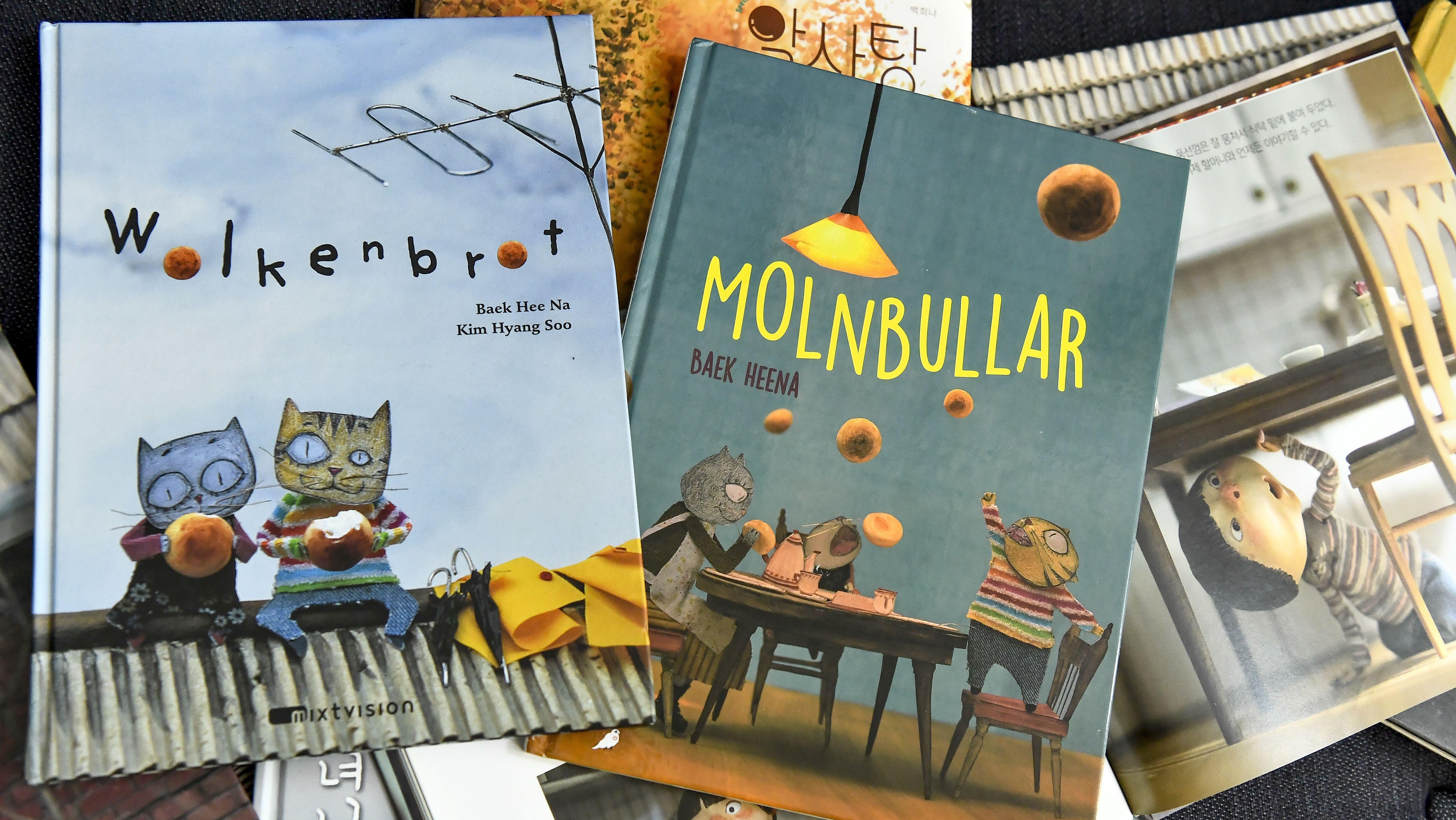 Diverse Kinderbücher mit vermenschlichten Katzen auf dem Cover liegen überlappend nebeneinander