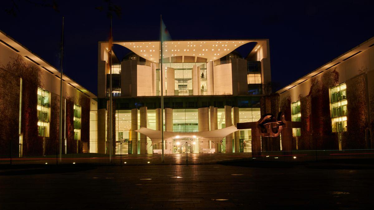 Das Kanzleramt bei Nacht.