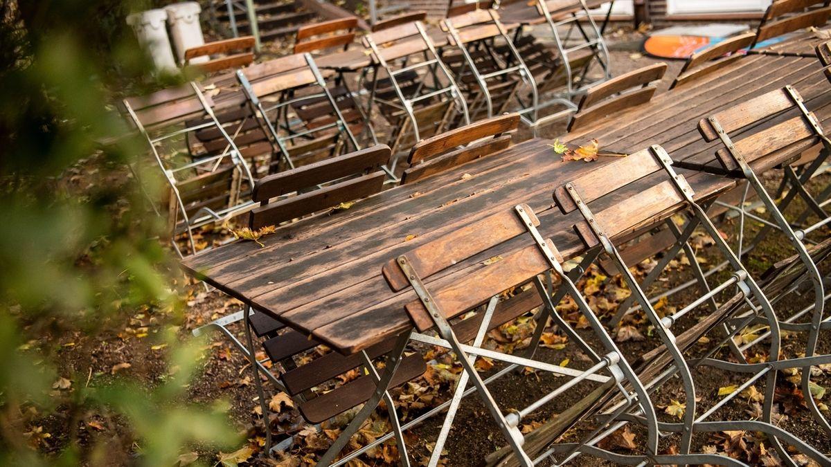 Leere Tische in einem Biergarten (Symbolbild).