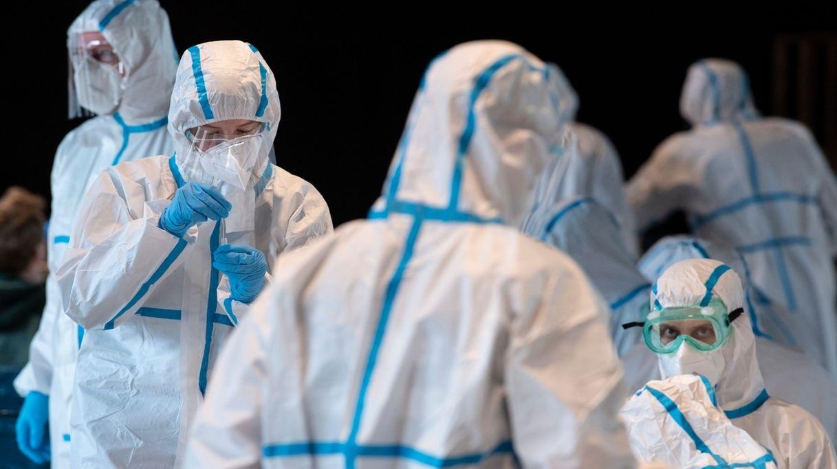 Mitarbeiter in einem Coronavirus-Testzentrum