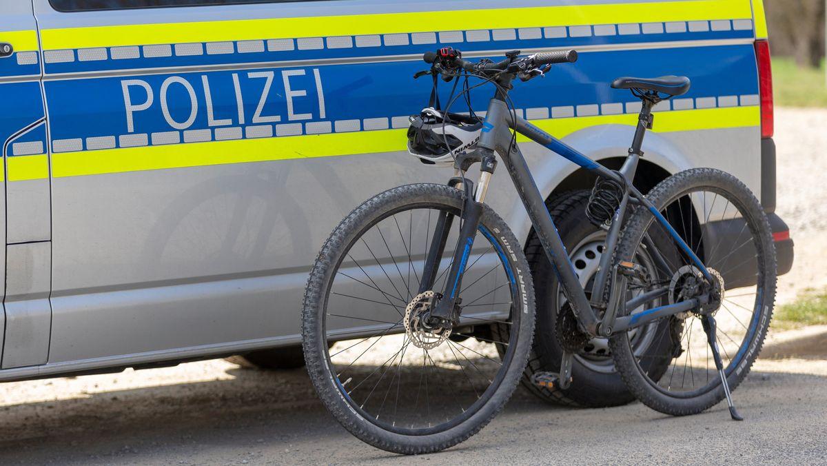 Fahrrad steht neben Polizeibus.