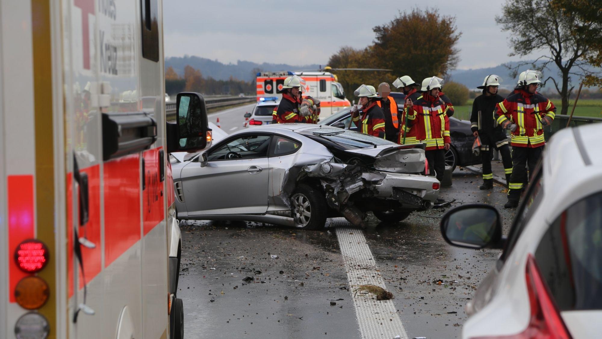 Zwei Schwerverletzte und drei kaputte Autos: So lautet die bisherige Bilanz des Unfalls auf der A7 bei Woringen im Landkreis Unterallgäu.
