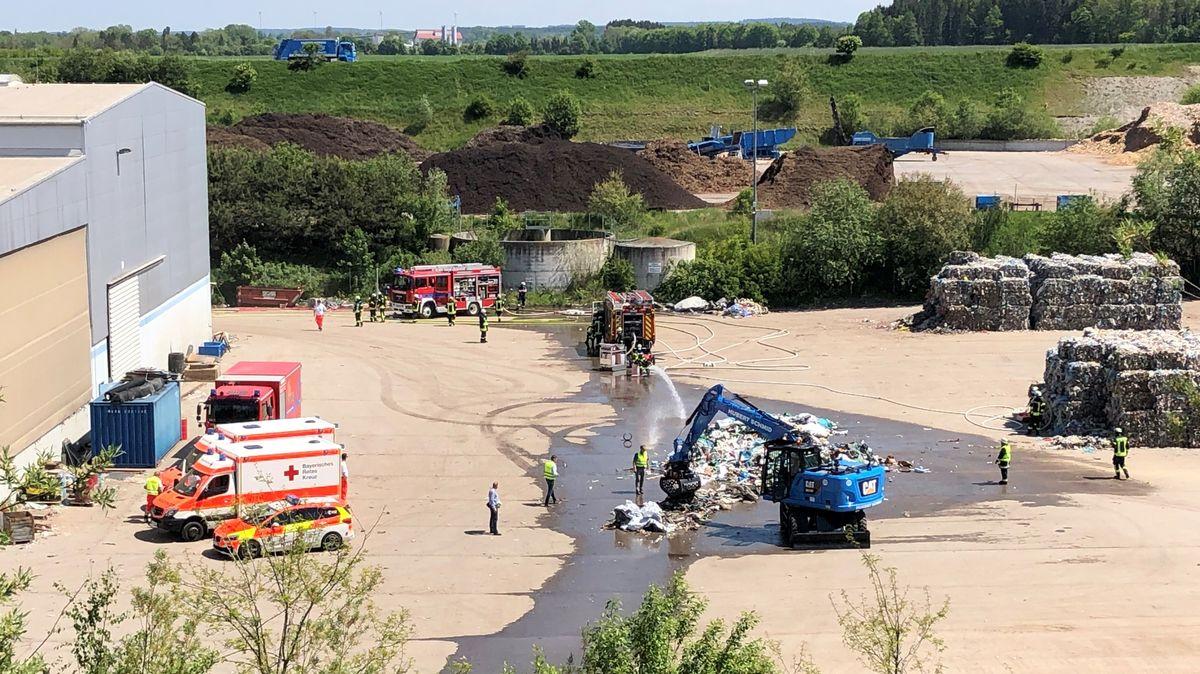 Feuer in einem Recyclinghof in Pforzen. Die Feuerwehr löscht Müll.