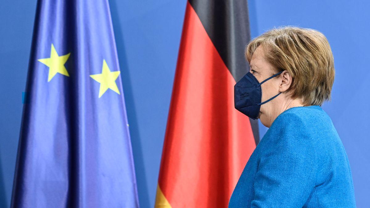 Angela Merkel vor einer EU- und eine Deutschlandflagge