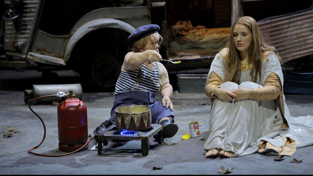 Szenenbild mit Manni Laudenbach (links) und Lise Davidsen (rechts)
