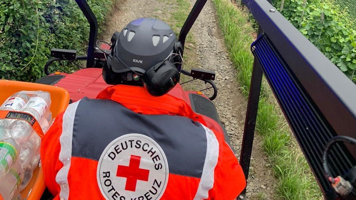 nterfränkische Einsatzkräfte erkunden mit einem bayernweit einmaligen geländegängigen Amphibienfahrzeug Ortschaften im Hochwassergebiet.