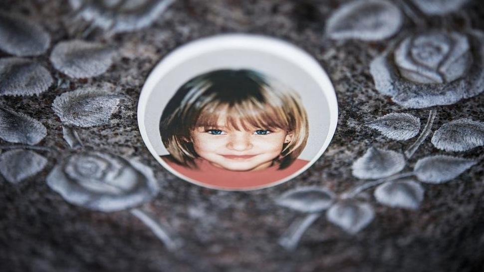 Gedenkstein mit dem Porträt des Mädchens Peggy