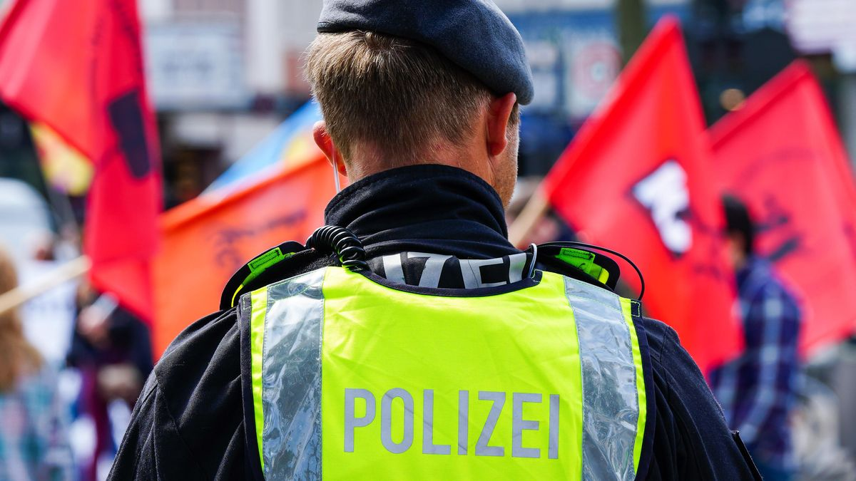 Ein Polizist bei einer Corona-Demo (Symbolbild).