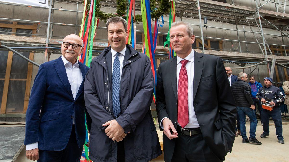 10.05.19: Bauunternehmer Schmelzer (l.), Ministerpräsident Söder (M.) und Nürnbergs OB Maly (r.) beim Richtfest der Zweigstelle des Dt. Museums.