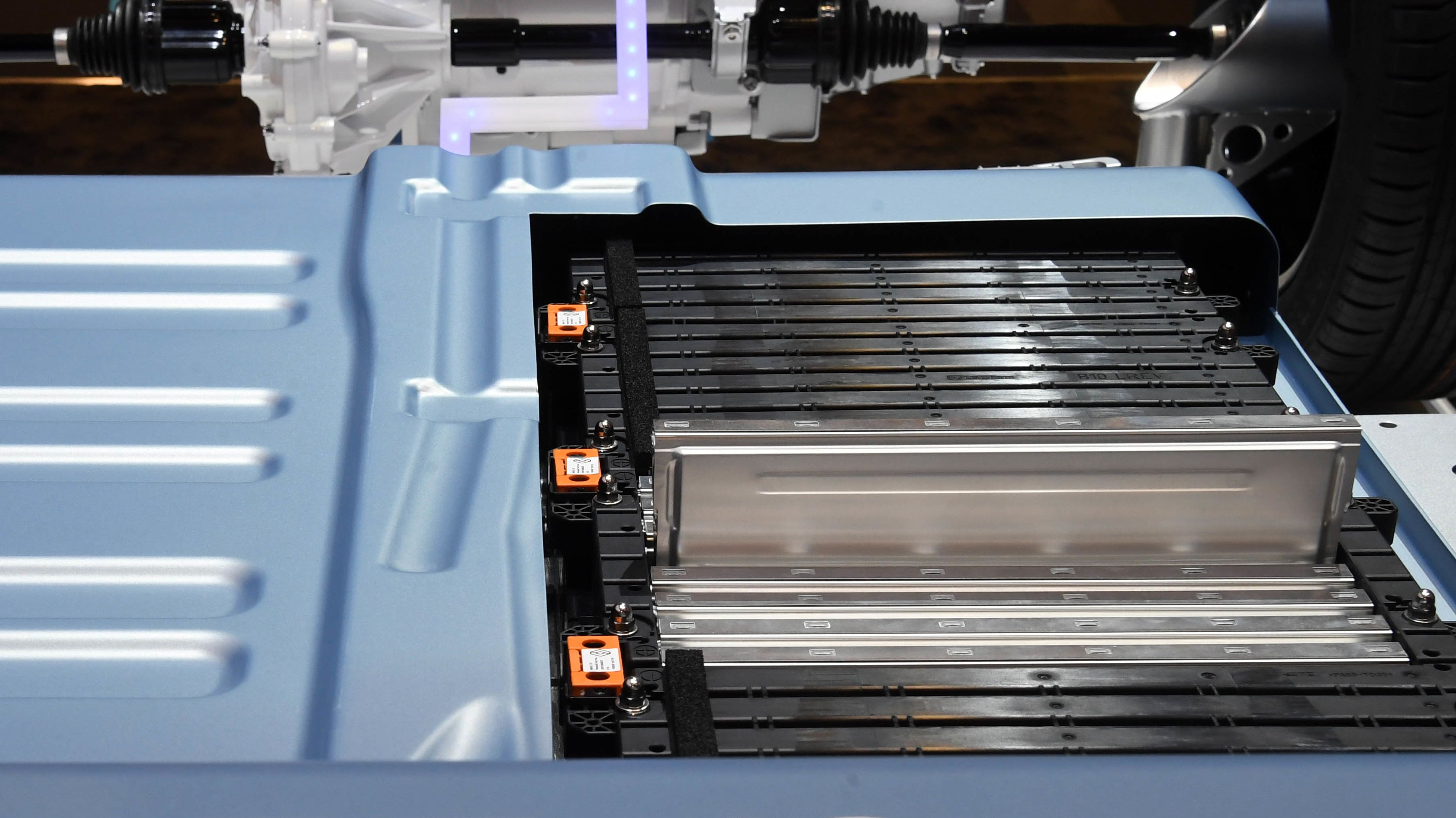 Im Batterieblock eines Elektroautos stecken viele aneinandergereihte Batterie-Module. Hier ein Renault-Ausstellungsstück beim Pariser Autosalon 2016