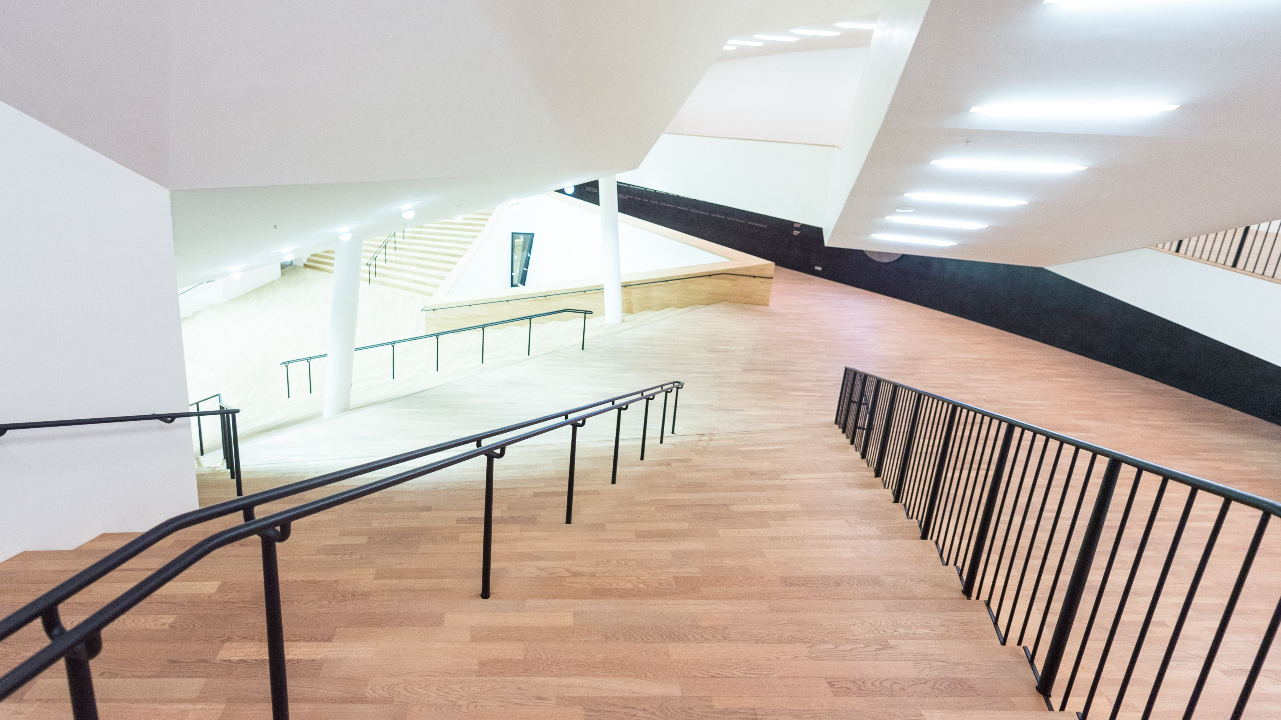 Blick von der obersten Stufe einer steilen Treppe in der Hamburger Elbphilharmonie