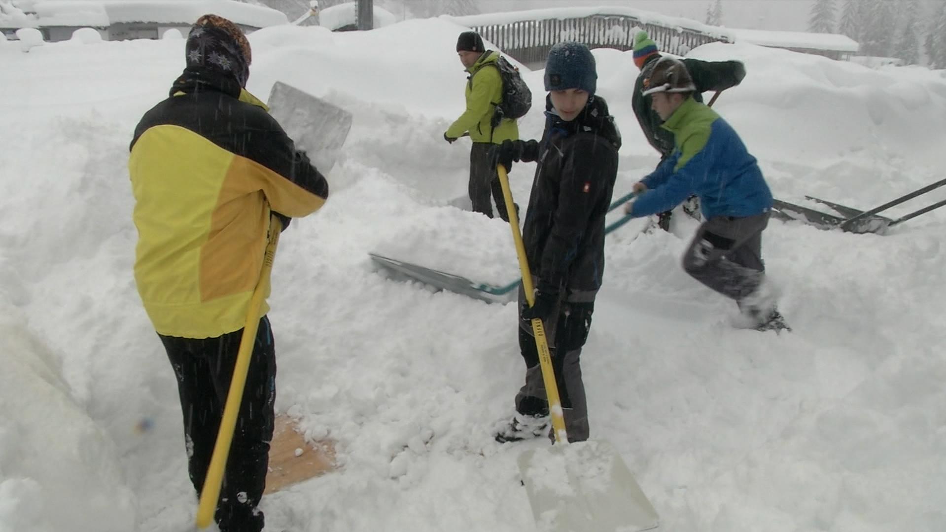 Männer beim Schneeschaufeln