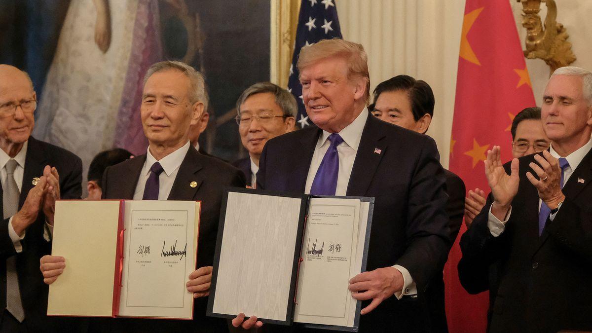 US-Präsident Donald Trump und der chinesische Vize-Premier Liu He halten den unterzeichneten Vertrag hoch