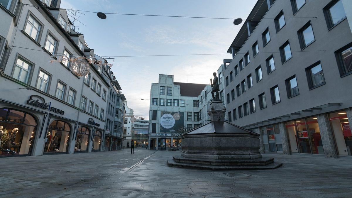 Der Martin-Luther-Platz in Augsburg ist tagsüber fast leer