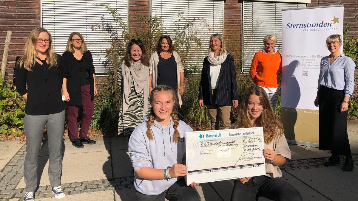 """Mehr als 12.000 Euro haben die Schülerinnen der Städtischen Mädchenrealschule Rosenheim für die BR-Benefizaktion """"Sternstunden"""" gesammelt"""
