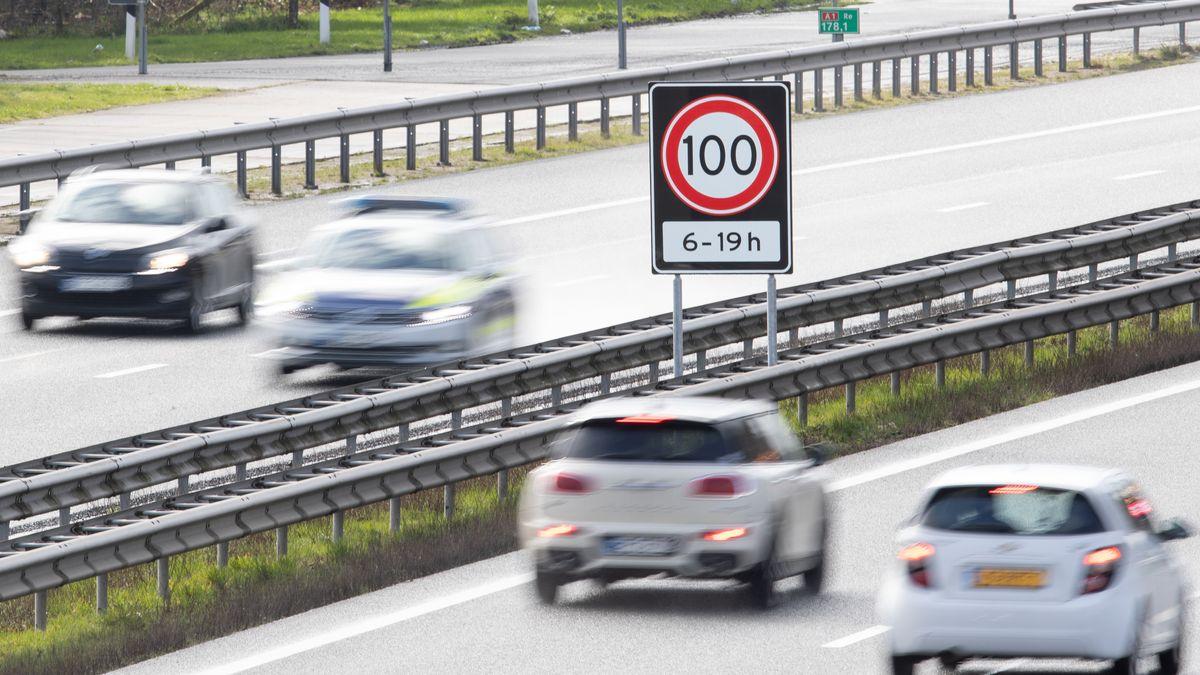 Tempo 100 von 6 bis 19 Uhr steht auf einem Verkehrsschild auf einer Autobahn an der Grenze zwischen den Niederlanden und Deutschland.