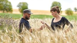 Biobauer mit Tochter in Kornfeld   Bild:Gottschaller Biohofbäckerei