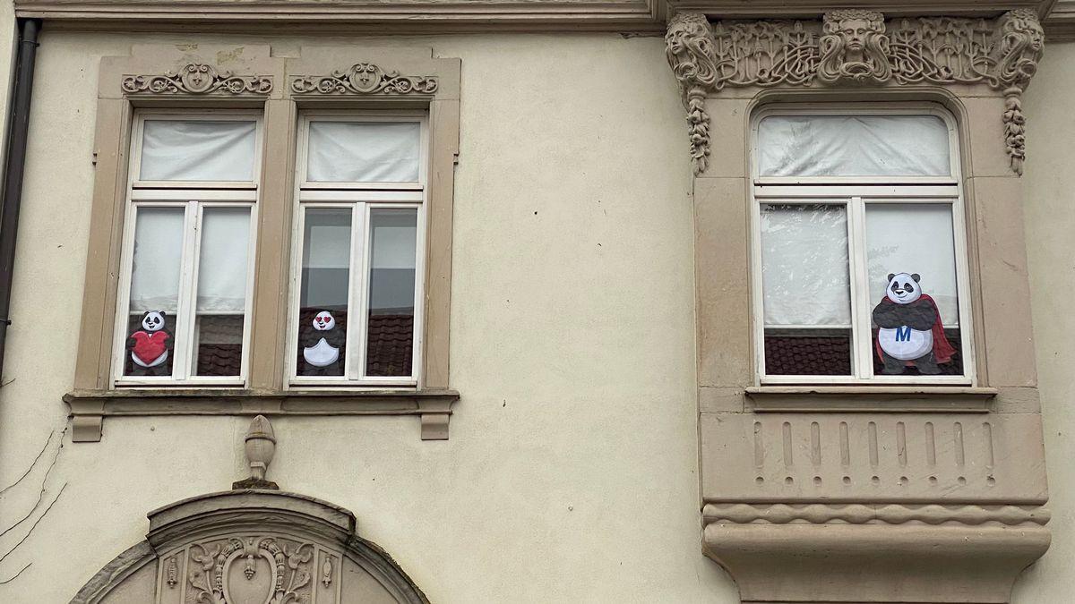In den Fenstern eines Hauses in Ebern hängen gleich mehrere Pandabären.