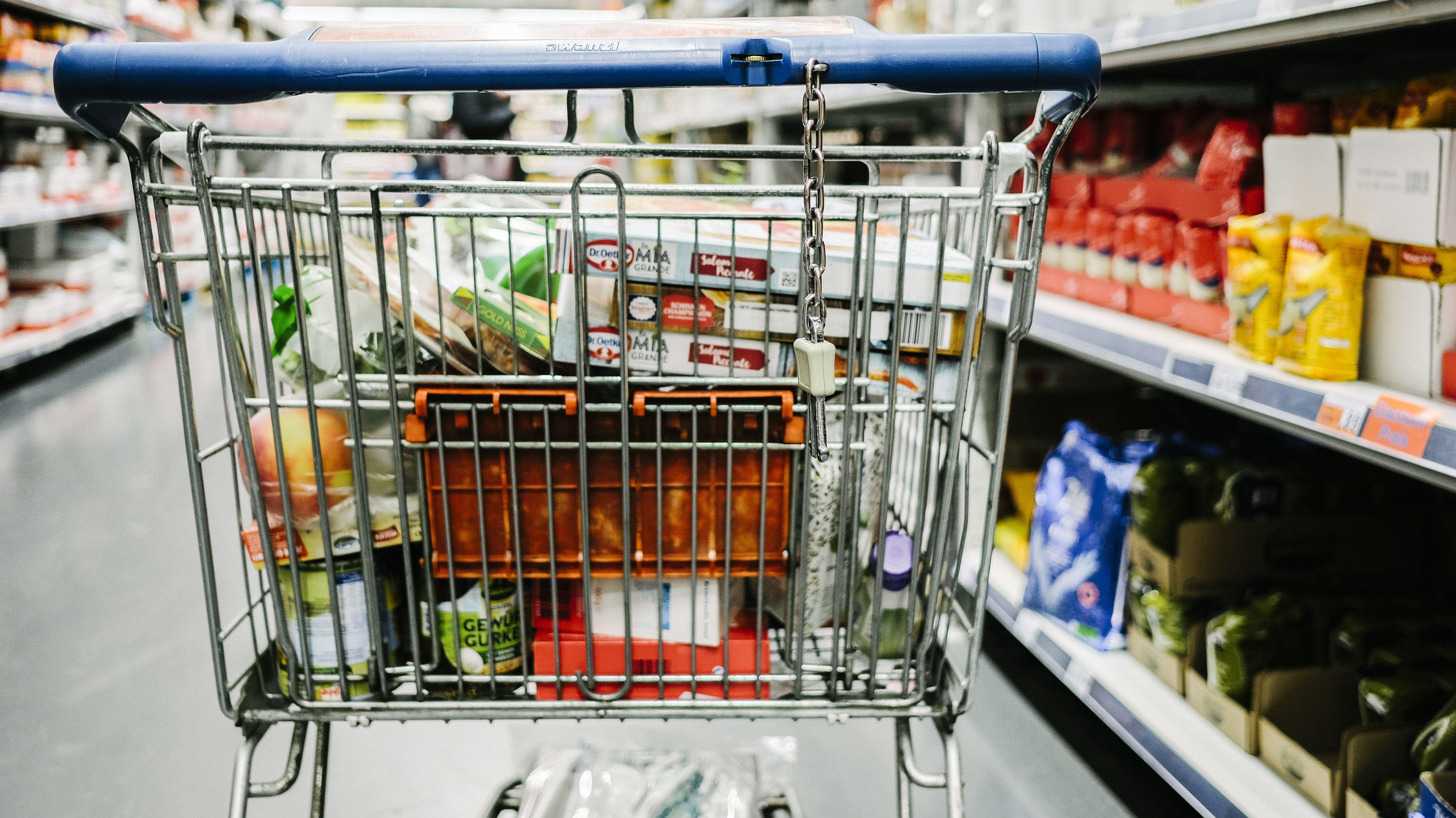 Ein Einkaufswagen in einem Supermarkt (Symbolbild)