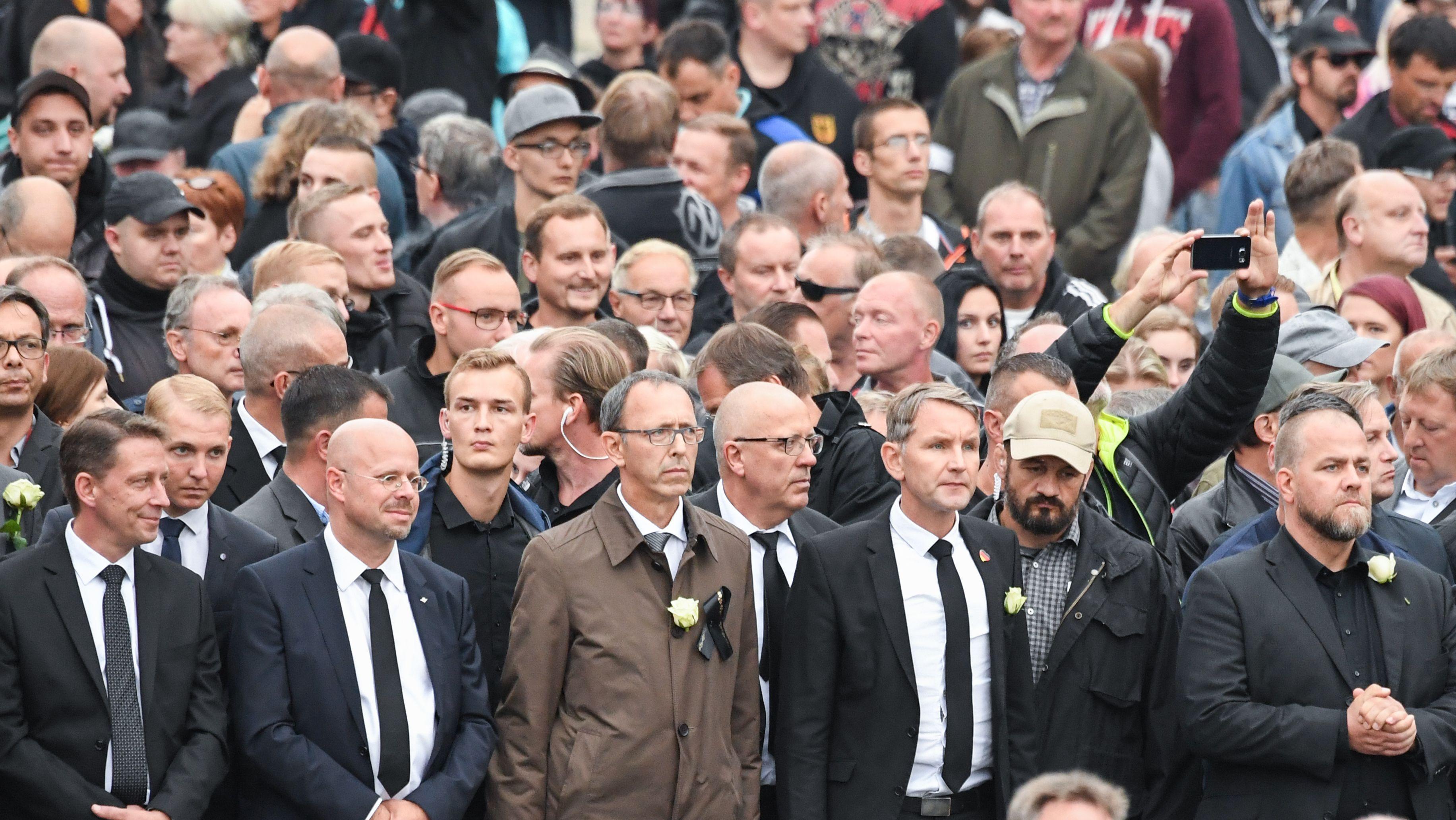 Teilnehmer der Demonstration von AfD und Pegida am 01.09.2018 in Chemnitz ziehen mit Mitgliedern von Pro Chemnitz durch die sächsische Stadt, darunter Björn Höcke und Andreas Kalbitz.