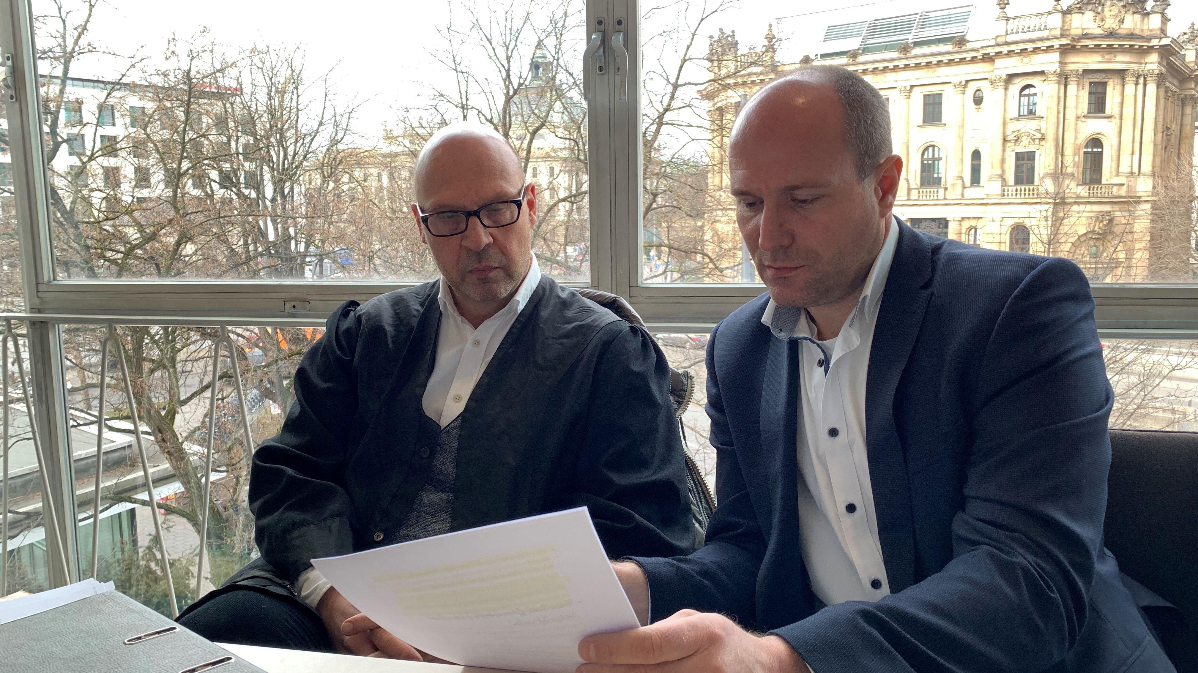 Der freie Journalist Dominik Bartl (rechts) und sein Anwalt Thomas Wiezorrek