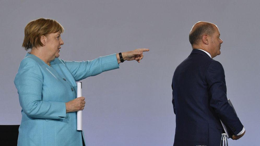 Bundeskanzlerin Angela Merkel (CDU) und Bundesfinanzminister Olaf Scholz (SPD) verlassen eine Pressekonferenz im Bundeskanzleramt.  | Bild:picture alliance/John Macdougall/AFP/POOL/dpa