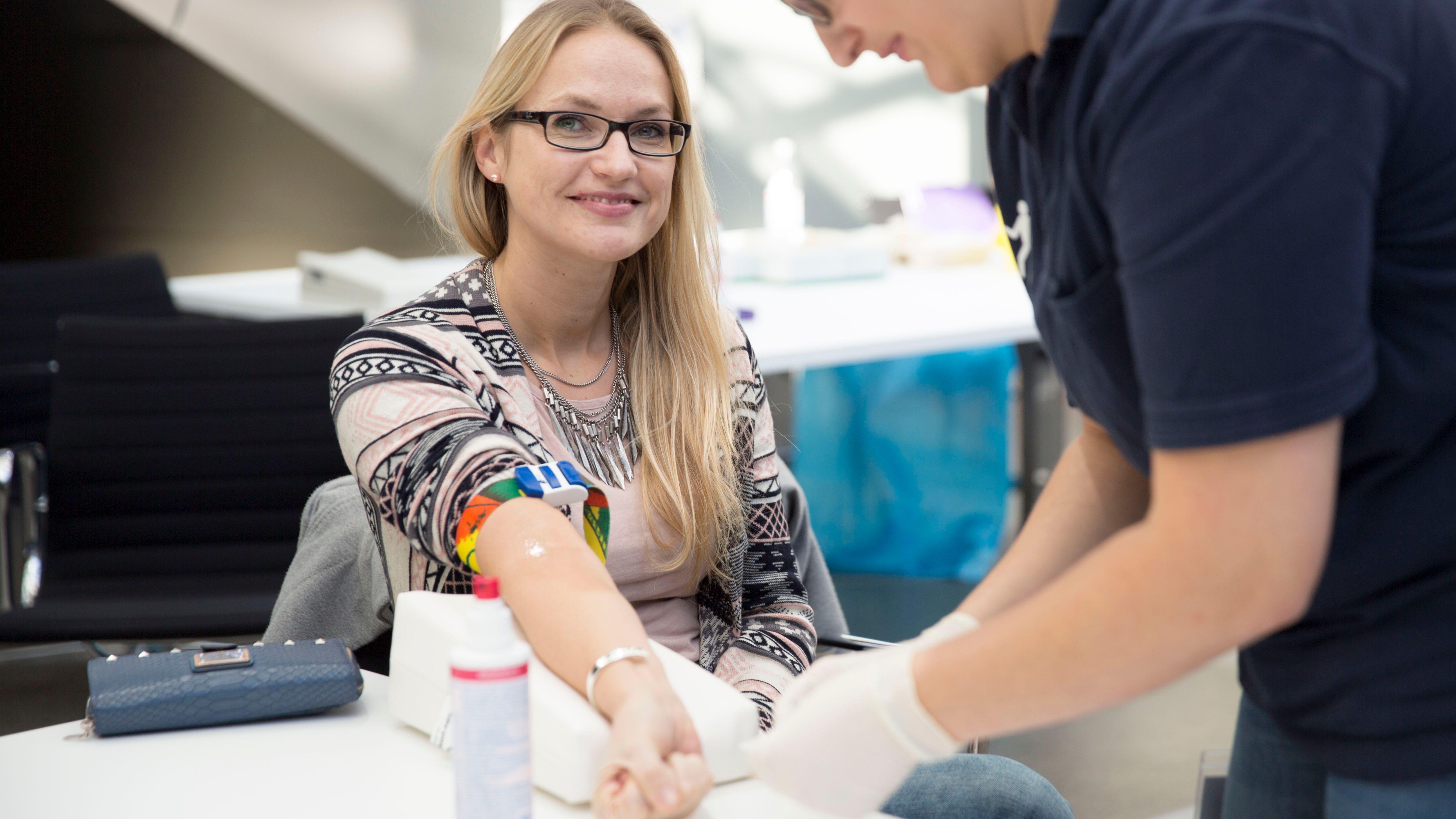 Eine potenzielle Stammzellenspenderin bei einer Typisierungsaktion.
