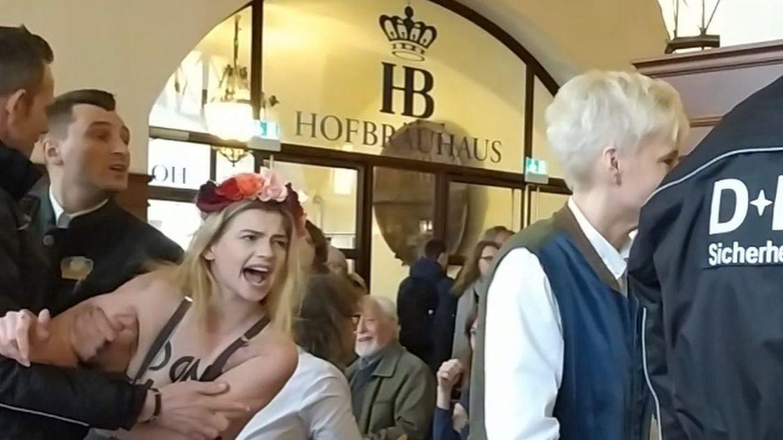 Femen-Aktivistinnen im München Hofbräuhaus.