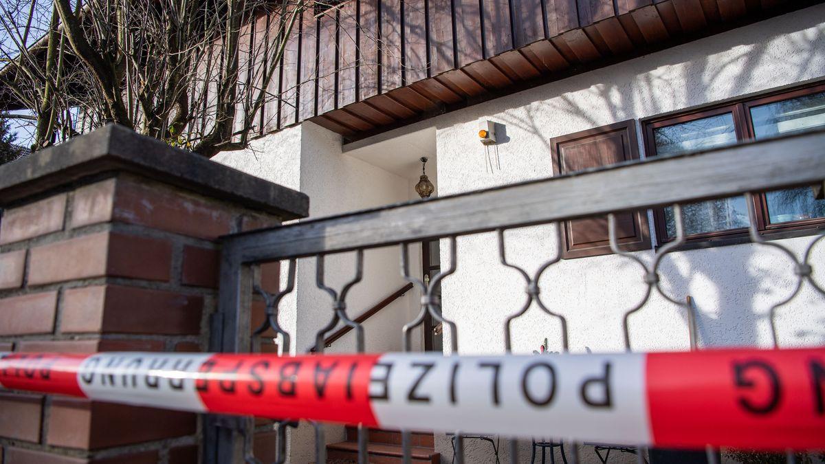 Ein Polizei-Absperrband ist vor dem Wohnhaus in Starnberg zu sehen.
