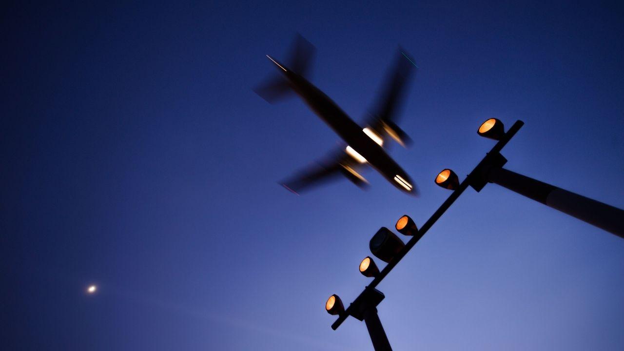 Ein Flugzeug landet in der Nacht