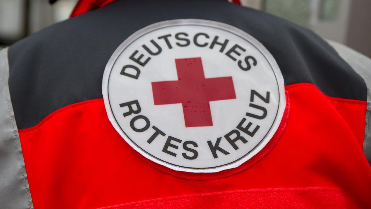 Das Logo des Deutschen Roten Kreuzes auf einer Jacke (Symbolbild)