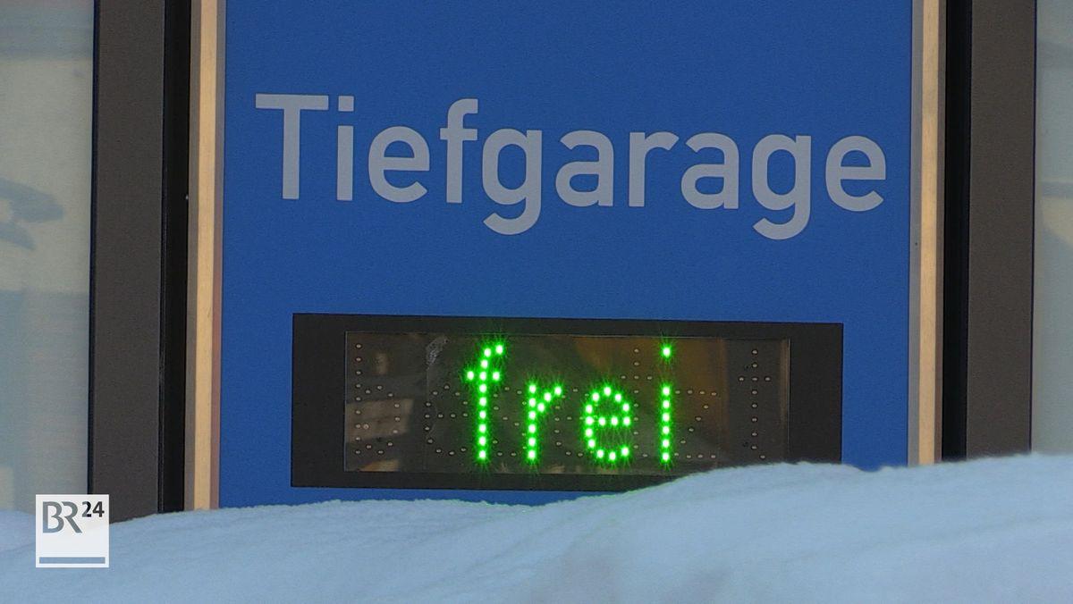 """Eine Tiefgaragen-Anzeige steht auf """"frei""""."""