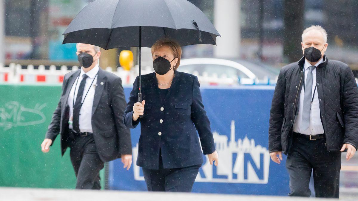 Bundeskanzlerin Angela Merkel auf dem Weg zum Gottesdienst.