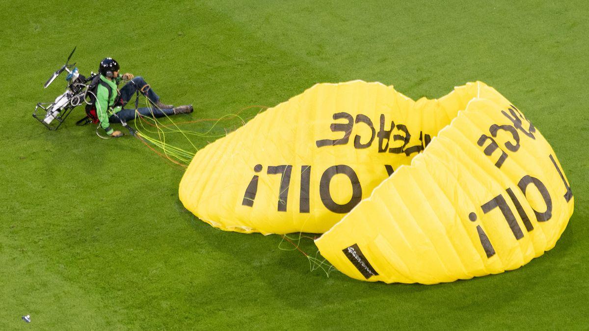 Der Greenpeace-Protestflieger nach der Notlandung im Stadion