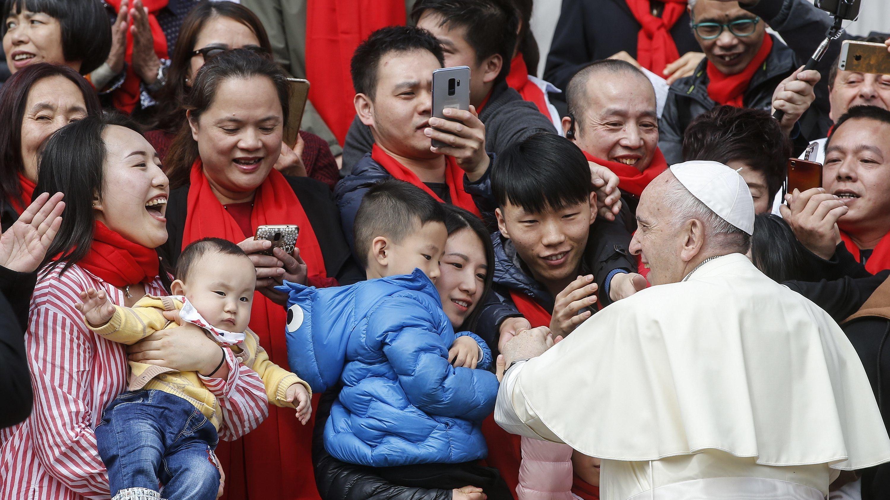 Papst Franziskus begrüßt Christen aus China nach einer Generalaudienz im Vatikan.