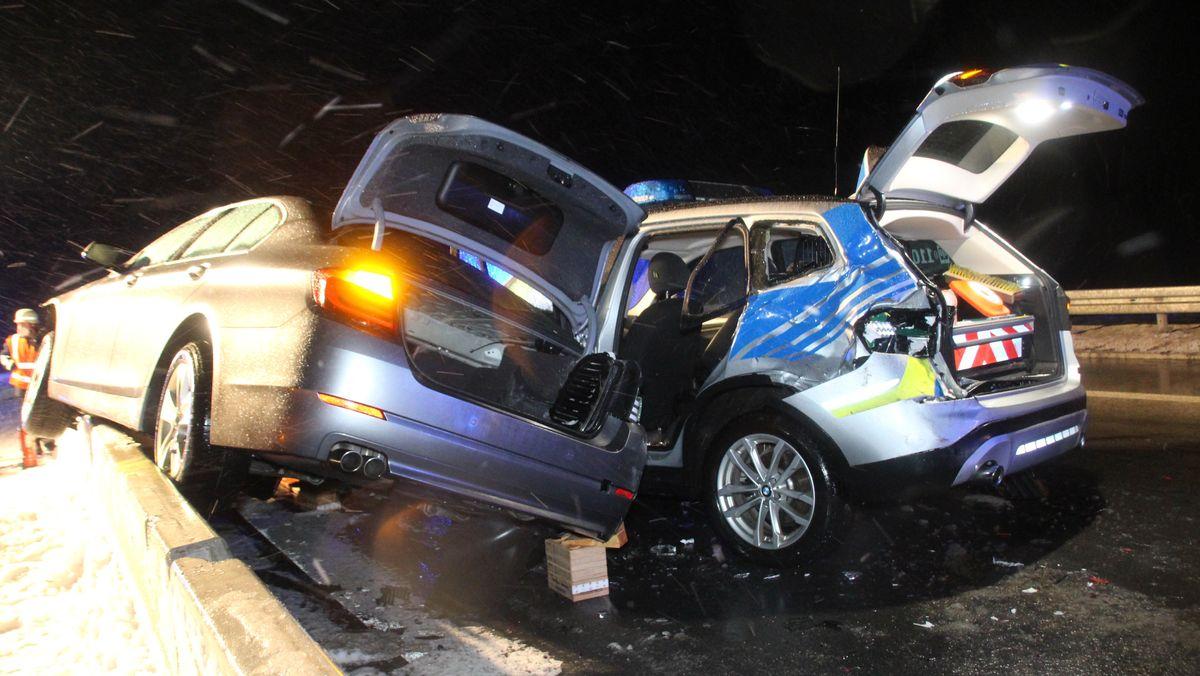 Bei einer Unfallaufnahme auf der B15n ist ein Auto in einen Streifenwagen geschleudert