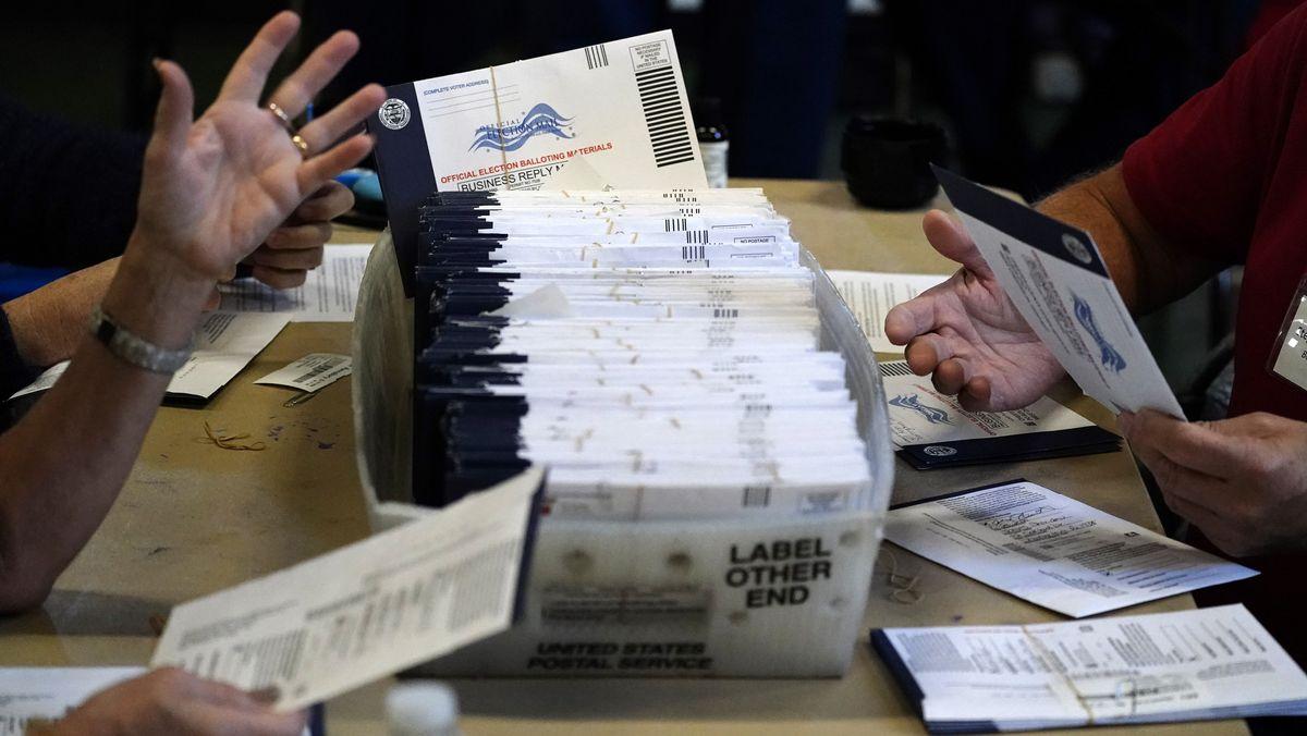 Wahlhelfer mit Briefwahl-Stimmzetteln für die US-Präsidentschaftswahl.