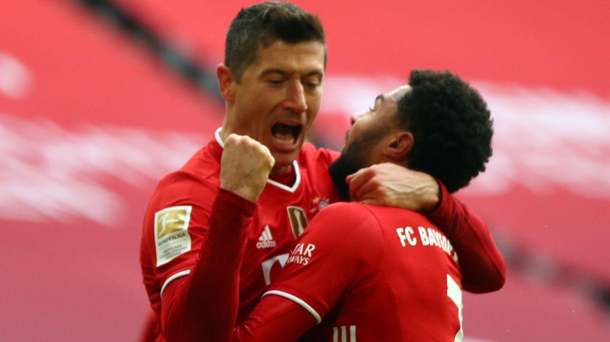 Robert Lewandowski und Serge Gnabry feiern ihre Treffer.