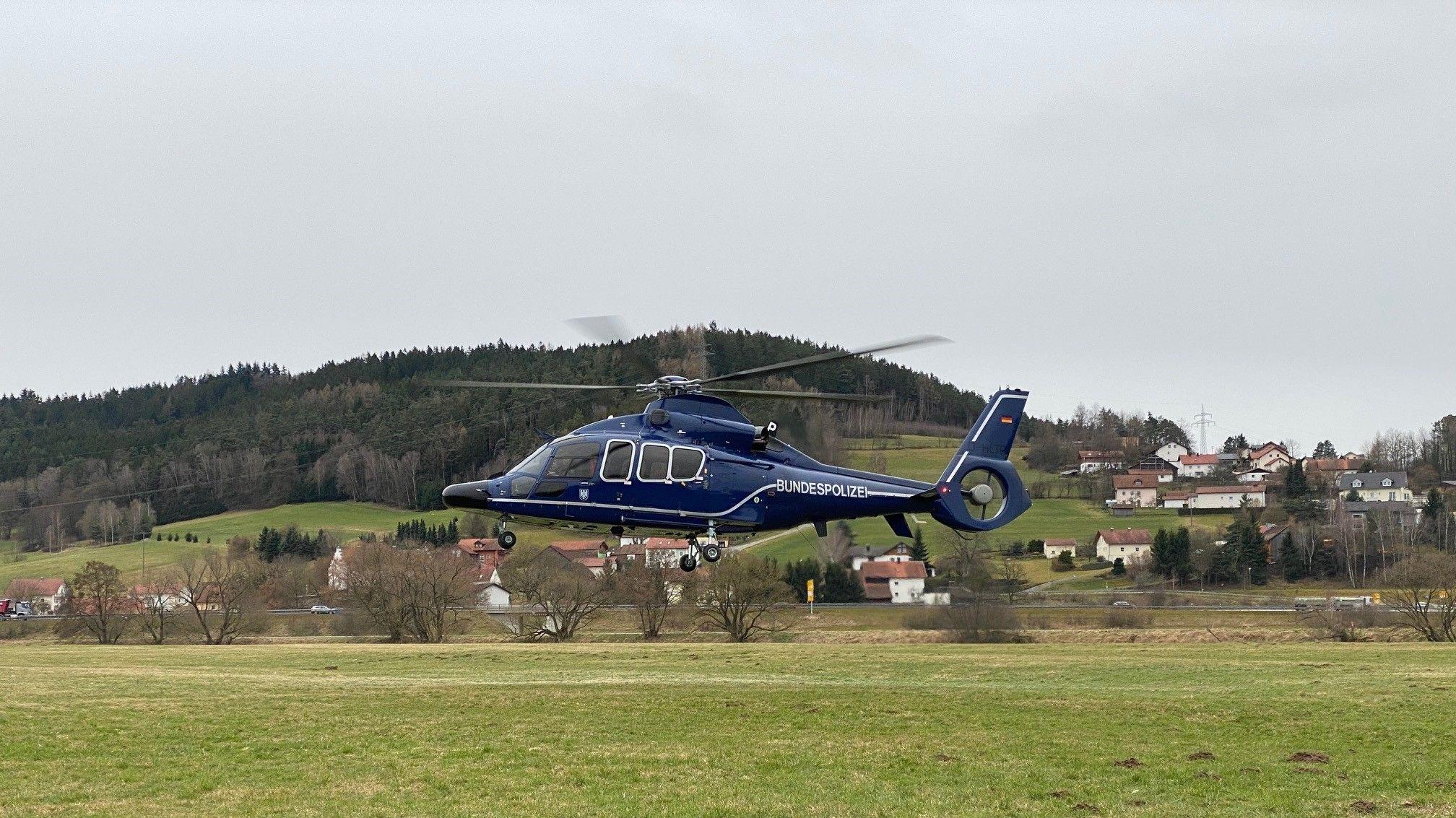 Ein Hubschrauber der Bundespolizei hebt ab