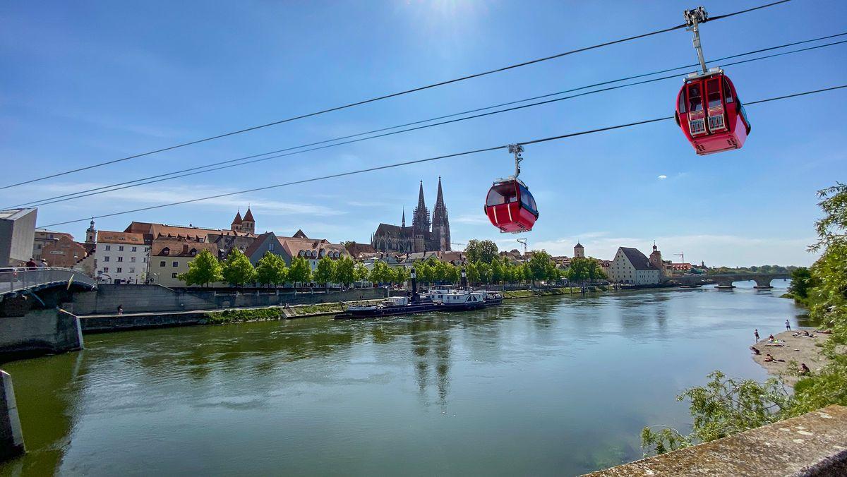Montage mit Seilbahn über die Donau in Regensburg