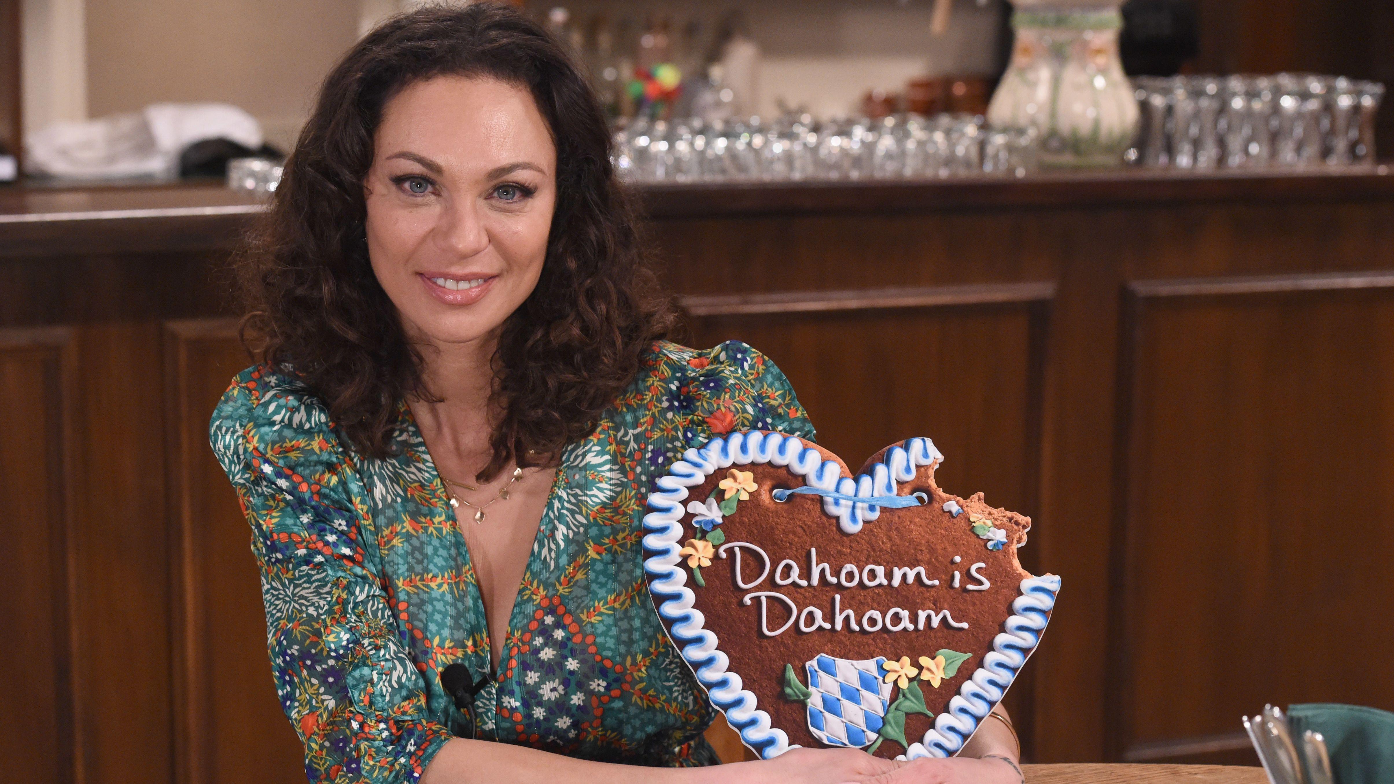 Das passende Lebkuchenherz hat die Neu-Schauspielerin auch schon bekommen.
