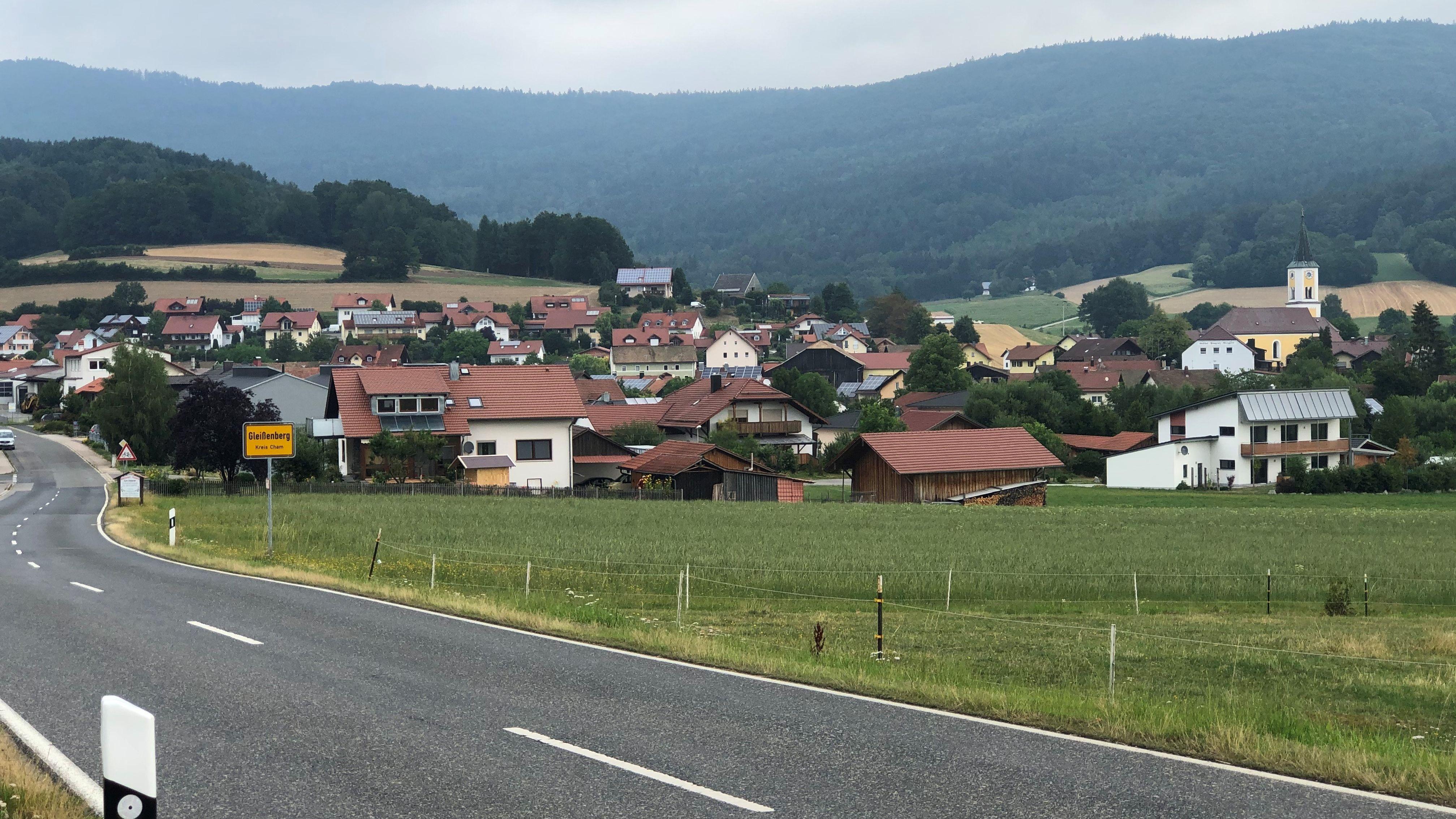 In Gleißenberg in der Oberpfalz sind die Menschen nach dem Tod eines Landwirts und seines Vaters betroffen