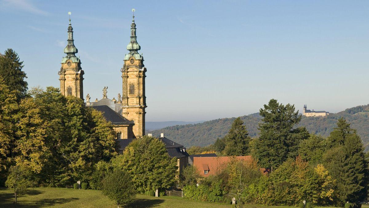"""Der fränkische """"Gottesgarten am Obermain"""" mit der Wallfahrtskirche   Vierzehnheiligen (links) und Kloster Banz (rechts im Hintergrund)"""