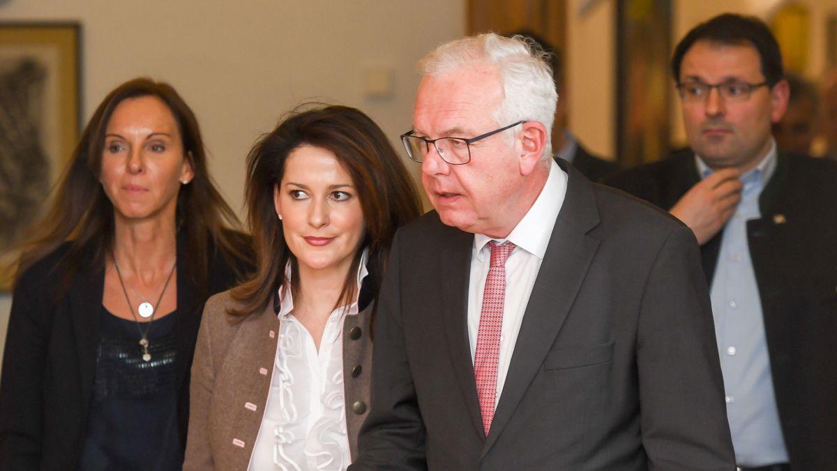 Michaela Kaniber und Thomas Kreuzer kommen bei der Klausurtagung der CSU-Landtagsfraktion im Kloster Seeon zu einer Pressekonferenz.