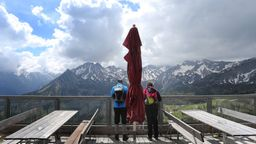 Ausflügler genießen auf der Mittelstation der Fellhornbahn den Ausblick auf das Bergpanorama. 31.05.2020 | Bild:picture alliance/Karl-Josef Hildenbrand/dpa