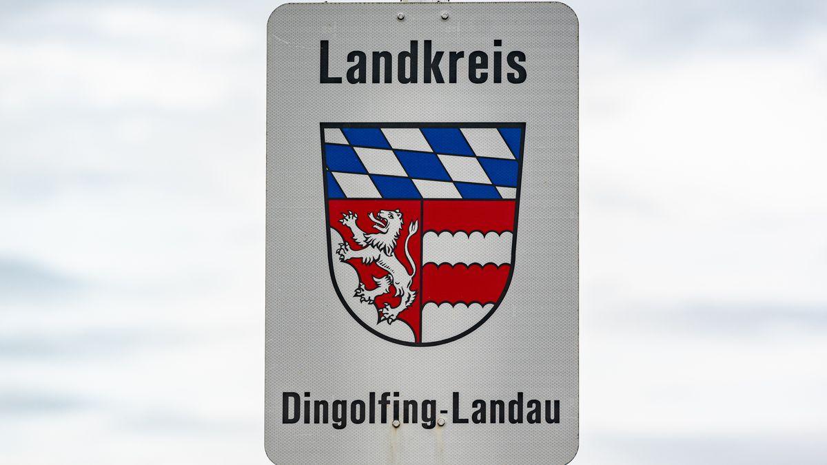 Das Landkreis-Schild Dingolfing-Landau mit dem Wappen des Kreises