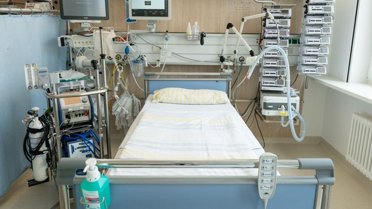 Ein Intensivbett, hier auf einer Intensivstation der Uniklinik Dresden.