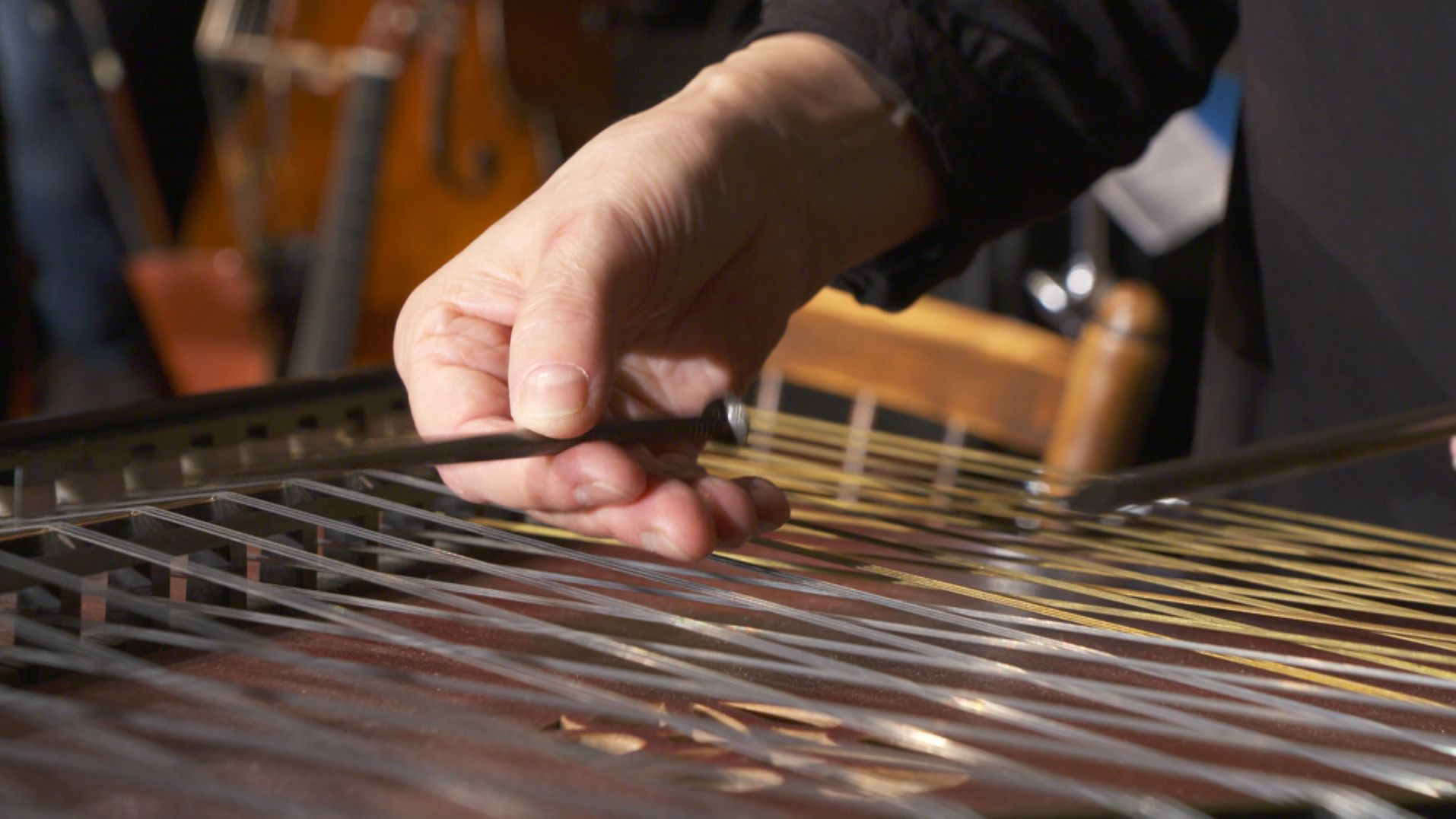 Die Zither mit Nägeln gespielt - auf den Volksmusiktagen im Fraunhofer